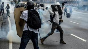 مواجهات بين متظاهرين وقوات الأمن في كراكاس في 13 أيار/مايو 2017