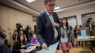 Le Premier ministre serbe Aleksandar Vucic a voté dimanche 2 avril 2017 dans un bureau de vote de Belgrade.