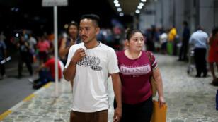 Arnovis Guidos y su ex esposa Mirna Portillo esperan a su hija Maybelline Guidos en el Aeropuerto Internacional Oscar Arnulfo Romero en San Luis Talpa, El Salvador , 28 de junio de 2018.