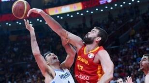 L'Argentin Luis Scola face à l'Espagnol Marc Gasol, lors de la finale de la Coupe du monde de Basketball, le 15 septembre 2019 à Pékin.