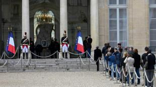 Des personnes viennent signer les livres d'or à l'Élysée, le 27septembre2019, pour rendre hommage à Jacques Chirac.