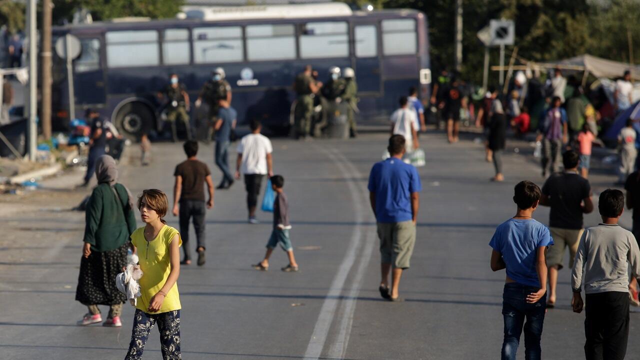 لاجئون ومهاجرون من مخيم موريا خلال لنقلهم إلى مخيم مؤقت جديد في جزيرة ليسبوس. اليونان في 17 سبتمبر/أيلول 2020.