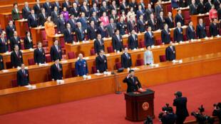 El presidente de China, Xi Jinping, con su mano en la Constitución, toma el juramento después de ser votado como presidente por otro período, en la quinta sesión plenaria del NPC en Beijing, el 17 de marzo de 2018.