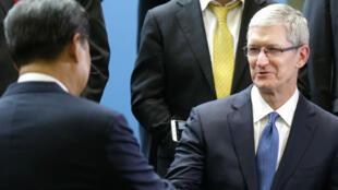 Poignée de main entre Tim Cook, PDG d'Apple, et Xi Jinping, président chinois, à Redmond au siège de Microsoft en septembre 2015.