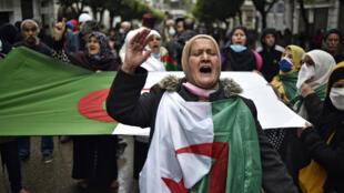 جانب من التظاهرات المناهضة للسلطة في الجزائر العاصمة بتاريخ السادس عشر من نيسان/إبريل 2021.