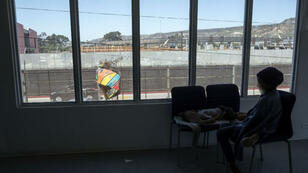 Un enfant, originaire d'Amérique centrale, tentant de se rendre aux États-Unis (Photo prise à Tijuana, au Mexique, le 27 avril).