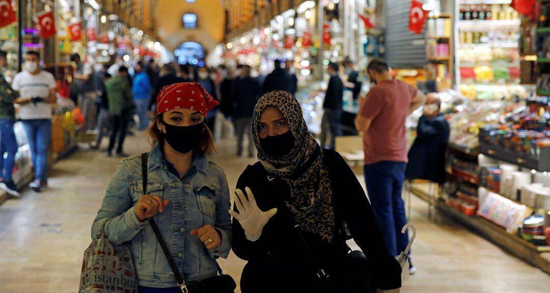 Archivo-Mujeres con máscaras protectoras caminan en el mercado de especias, también conocido como el Bazar Egipcio, que reabre después de semanas de cerrar sus puertas en medio de la propagación de la enfermedad por coronavirus. En Estambul, Turquía, el 1 de junio de 2020.