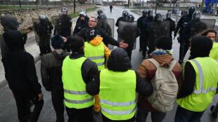 """تجمع لمتحتجي """"السترات الصفراء"""" بالقرب من مدينة لاروشال الفرنسية 3 ديسمبر/ كانون الأول 2018"""