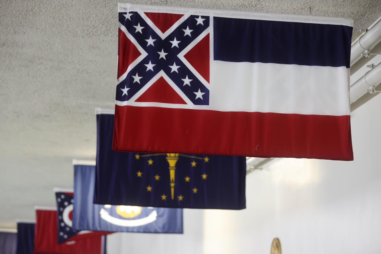 Le drapeau du Mississippi avec l'emblème des conférédés au Capitole, le 30 juin 2020.