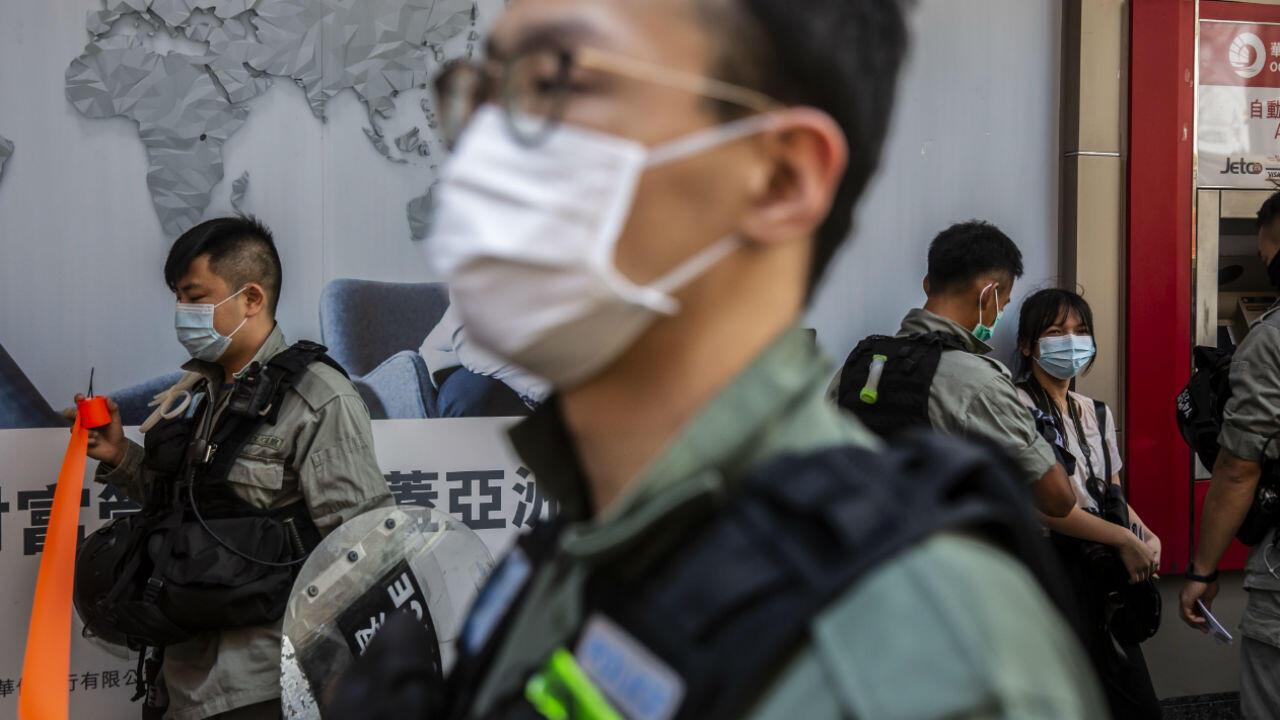La policía detiene a personas durante una protesta en Hong Kong contra la ley de seguridad nacional planificada por China el 28 de junio de 2020.