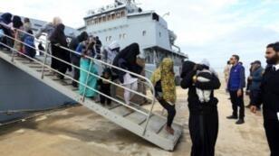 مهاجرون غير شرعيين لدى وصولهم إلى قاعدة عسكرية ليبية في 16 كانون الأول/ديسمبر 2017.