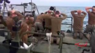 La télévision nationale iranienne a diffusé des images des marins américains lors de leur arrestation.