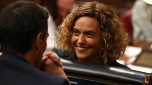 Meritxell Batet mientras conversaba con Pedro Sánchez durante la primera sesión plenaria de la Cámara Baja del Parlamento el 21 de mayo de 2019, en Madrid, España.