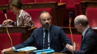 Le Premier ministre Édouard Philippe (au centre) aux côtés du ministre de l'Éducation nationale, Jean-Michel Blanquer, lors d'une séance de questions à l'Assemblée nationale, le 21 avril 2020 à Paris.