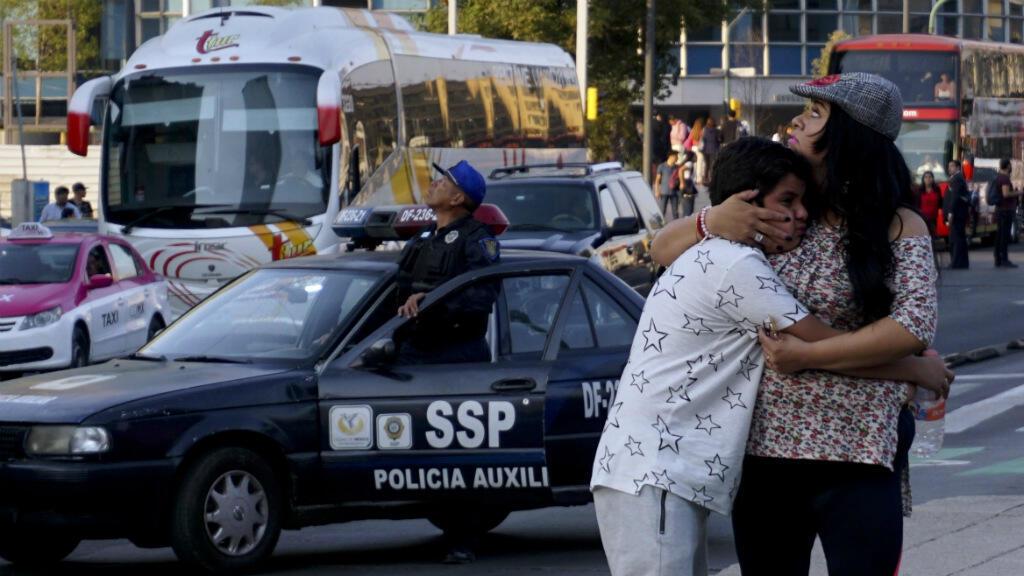Une femme réconforte un garçon après un puissant séisme à Mexico, le 16 février 2018.