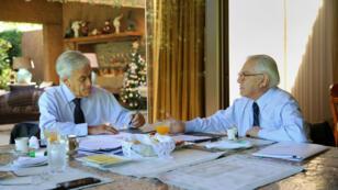 Fotografía cedida por el Ministerio del Interior de Chile que muestra al presidente electo Sebastián Piñera reunido con el ministro chileno del Interior, Mario Fernández el viernes 22 de diciembre de 2017, en Santiago (Chile).
