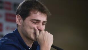 إيكر كاسياس يبكي خلال إعلانه الرحيل عن ريال مدريد