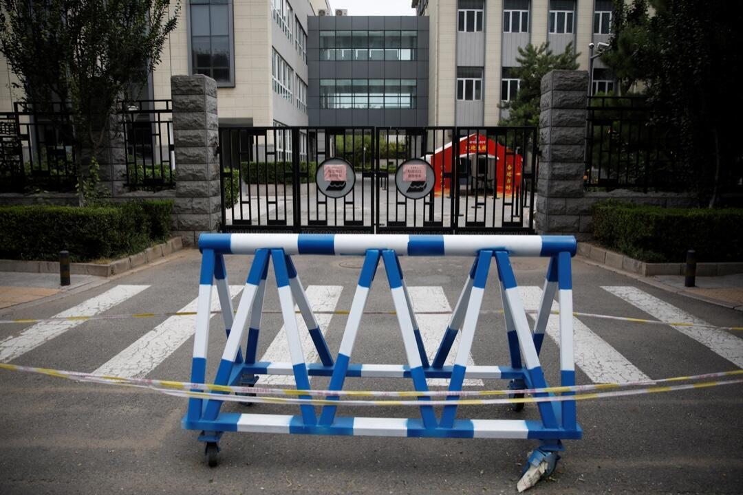 La entrada bloqueada de una escuela secundaria después del cierre ordenado por las autoridades para frenar el nuevo brote de Covid-19 en Beijing, China, el 17 de junio de 2020.