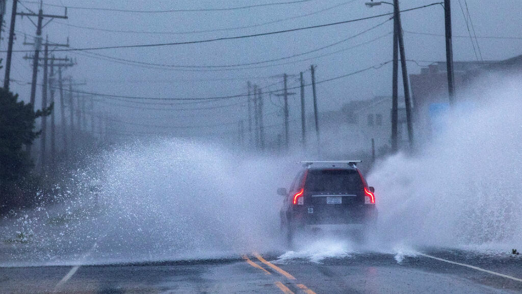 Los automóviles conducen por Virginia Dare Trail cuando el huracán Dorian golpea a Kill Devil Hills, Carolina del Norte, EE. UU., el 06 de septiembre de 2019.