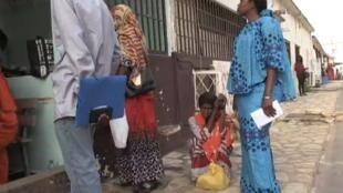 Des patientes sénégalaises se rendant dans un centre d'oncologie de Dakar.