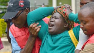 Une proche d'une des victimes du massacre de Garissa, effondrée, à Nairobi, le 3 avril 2015