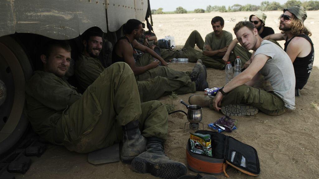 Des soldats israéliens positionnés à quelques kilomètres de la frontière avec Gaza, le 6 août.