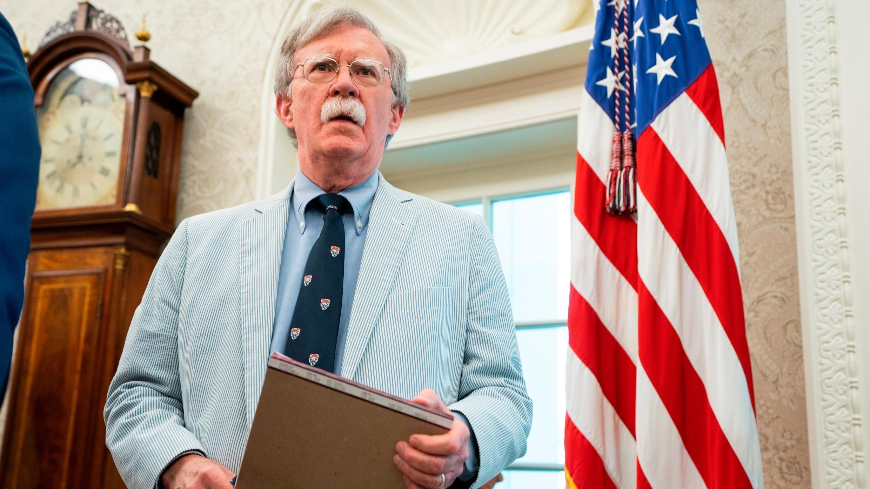 El asesor de seguridad nacional John Bolton observa en la Oficina Oval de la Casa Blanca en Washington, DC, EE. UU., 19 de julio de 2019.