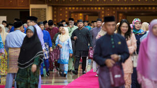 La gente se va después de escuchar el discurso del sultán Hassanal Bolkiah de Brunéi durante un evento en Bandar Seri Begawan el 3 de abril de 2019.
