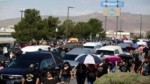 La población de El Paso respondió al tiroteo con un homenaje a las víctimas frente a Walmart.