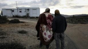 مستوطنان ينضمان لآخرين يتجمعون في بؤرة عمونا الاستيطانية بالضفة الغربية في 19 ك1/ديسمبر 2016