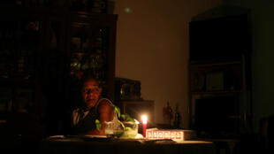 Un hombre usa una vela dentro de su casa durante un apagón en Caracas, Venezuela, el 27 de marzo de 2019.