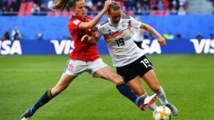 L'Espagnole Irene Paredes (g) à la lutte avec l'Allemande Klara Buhl en match du Mondial féminin le 12 juin 2019 à Valenciennes