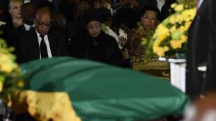 Jacob Zuma et Winnie Madikizela-Mandela se recueillent