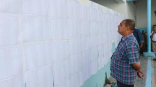 Dans le bureau de vote de la rue de Marseille à Tunis, les électeurs se font rares, dimanche6octobre.