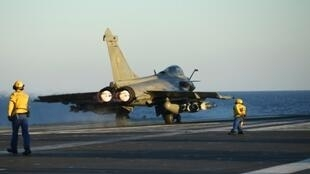 طائرة رافال تستعد للإقلاع عن حاملة الطائرات شارل ديغول في شرق المتوسط. 30 أيلول/سبتمبر 2016