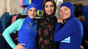 Des modèles musulmanes portent le burkini dans un magasin de l'ouest de Sydney, le 19 août 2016.