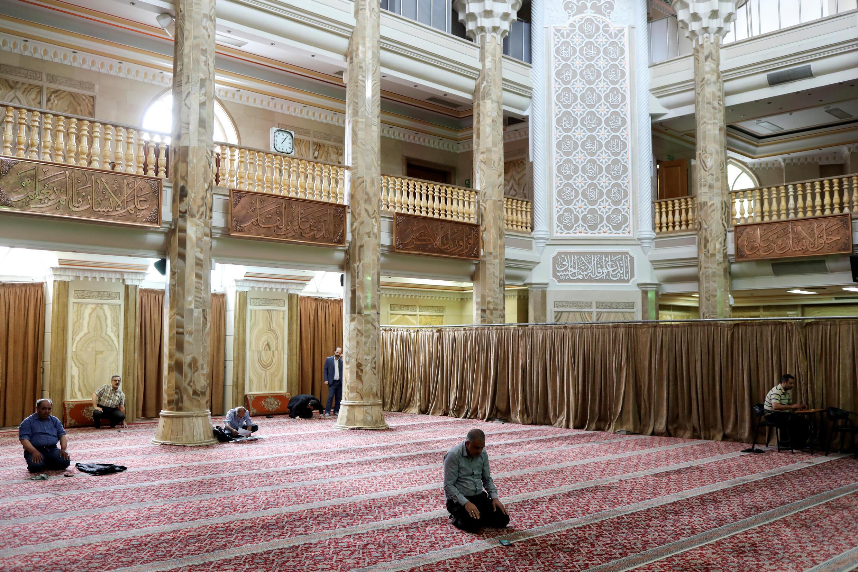 مصلّون إيرانيّون في مسجد في طهران، إيران، 30 أبريل/نيسان 2020.