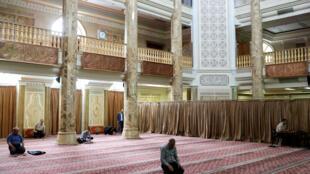 Des Iraniens prient dans une mosquée à Téhéran tout en respectant la distanciation sociale, le 30 avril 2020