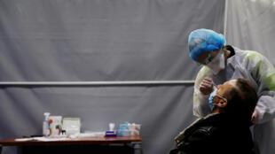 Une personne se fait tester, le 18 février 2021, à Dunkerque, où le taux d'incidence du virus ne cesse d'augmenter.