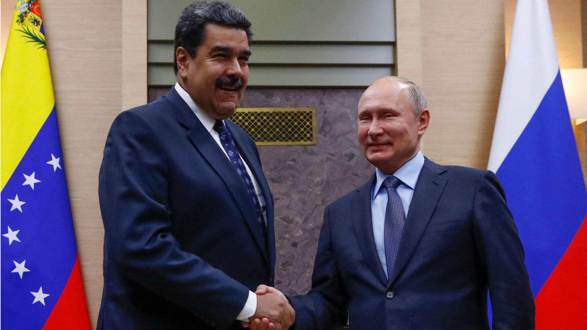 El presidente ruso Vladimir Putin, le da la mano a su homólogo venezolano Nicolás Maduro, durante una reunión en las afueras de Moscú, Rusia. 5 de diciembre de 2018.