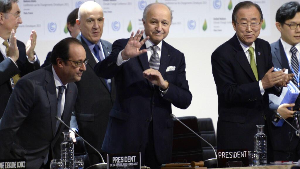 Laurent Fabius a présenté le projet d'accord final, entouré de François Hollande et Ban Ki-moon.