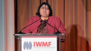 Khadija Ismayilova à la tribune de l'International Women's Media Foundation qui lui a remis, en 2012, le prix du courage en journalisme.