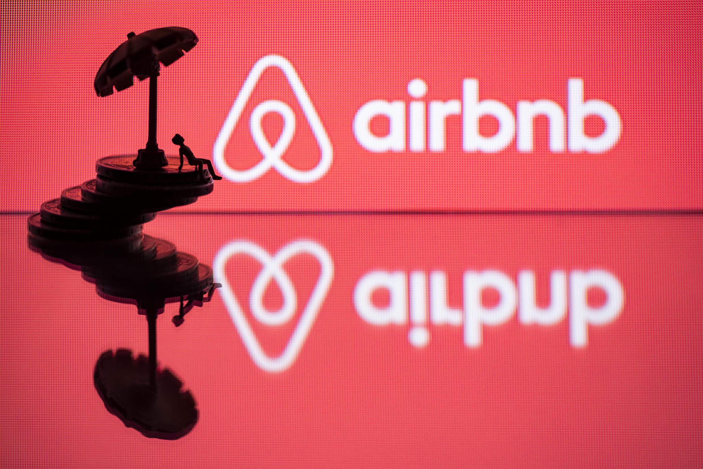 Airbnb recortará unos 1.900 empleos en todo el mundo para hacer frente al impacto de la pandemia en los viajes.