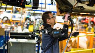 Les exosquelettes vont être livrés aux ouvriers de 15 usines Ford dans sept pays.