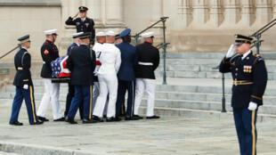 Guardias de honor cargan el féretro del fallecido senador John McCain hacia la Catedral Nacional de Washington, el 1 de septiembre de 2018.