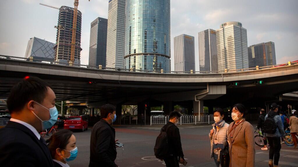 China intenta volver poco a poco a la normalidad tras registrar varias semanas con una tendencia a la baja en el número de casos confirmados por Covid-19. En la imagen, el centro financiero de Beijing el 17 de abril de 2020.
