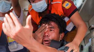 متظاهر أصابته القوى الأمنية في بورما في ماندلاي في 20 شباط/فبراير 2021