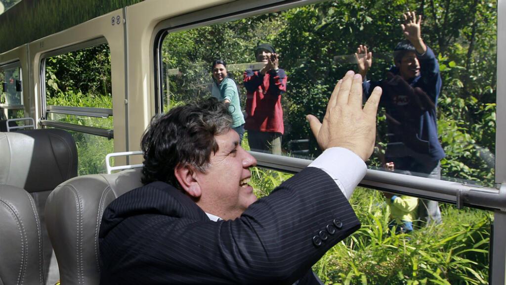 Imagen de archivo. El presidente peruano Alan García saluda a los espectadores desde el tren en camino a la conmemoración del centenario del descubrimiento de la ciudadela de Machu Picchu, 130 km al noroeste de Cusco, Perú, el 7 de julio de 2011.