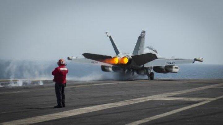 Un EA-18G décolle du porte-avions américain USS Carl Vinson (archives)