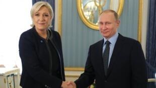 الرئيس الروسي فلاديمير بوتين ومرشحة حزب الجبهة الوطنية للانتخابات الرئاسية الفرنسية مارين لوبان